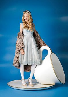 The Art of Tea. Alice in Wonderland inspired Photography. Cara Delevingne as Alice in Wonderland Cara Delevingne, Photowall Ideas, Annie Leibovitz Photography, Natalia Vodianova, Mad Hatter Tea, Adventures In Wonderland, Foto Art, Through The Looking Glass, Mode Outfits