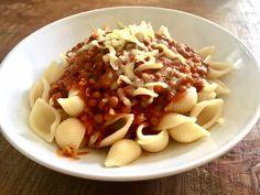 Diese schnelle Spaghettisauce begeistert sogar meinen kleinen Gemüseverweigerer. Linsenbolognese steht daher mindestens 1 Mal die Woche auf dem Speiseplan.