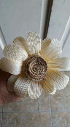 Flower made of corn husk - Flower made of corn husk Flower made of corn husk Faux Flowers, Diy Flowers, Fabric Flowers, Paper Flowers, Crafts To Make And Sell, Diy And Crafts, Corn Husk Wreath, Corn Husk Crafts, Corn Husk Dolls