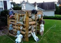 50 Spooky Halloween Outdoor Decor, Outdoor Lighting and Backyard Decorating Ideas Zombie doll playhouse. made out of pallets in the backyard decor. Halloween Zombie, Halloween Outside, Halloween Doll, Outdoor Halloween, Halloween Halloween, Halloween Yard Ideas, Halloween Havoc, Vintage Halloween, Halloween Party Supplies