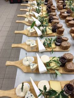 Perfect for a business lunch catering. Present as a plated event. Sandwich, bowl of soup, salad etc. Or nachos, steak and twice baked potatoes. Party Food Platters, Cheese Platters, Serving Platters, Charcuterie And Cheese Board, Cheese Boards, Grazing Tables, Snacks Für Party, Food Presentation, Breakfast Presentation