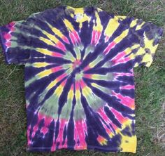Bring out your inner hippie with this Rastaman Tie Dye Shirt Pattern. Tie dye designs don't have to be complicated. In fact, for this tie dye project, simply pinch, twist and tie with a rubber band. Tye And Dye, How To Tie Dye, How To Dye Fabric, Dyeing Fabric, Ty Dye, Moda Hippie, Tie Dye Techniques, Do It Yourself Fashion, Tie Dye Designs