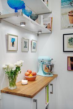Rincón práctico y decorativo en la cocina.