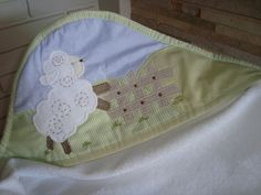 Toalha+em+felpa+aveludada+100%+algodão+. R$ 68,00 Patchwork Baby, Sewing Appliques, Burp Cloths, Bibs, Baby Quilts, Sewing Tutorials, Little Girls, Patches, Baby Shower