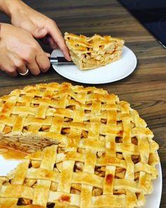 Над этим текстом лучший способ использовать сезон яблок🤤  Тоненький и ломкий корпус еле держит начинку из сочных осенних яблок!  Основ Apple Pie, Desserts, Food, Tailgate Desserts, Deserts, Essen, Postres, Meals, Dessert
