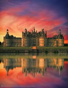 magnifiques couleurs  du coucher de soleil  donnant un éclat sublime au  beau château de Chambord  - France -