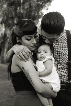 this rockabilly family Rockabilly Couple, Rockabilly Pin Up, Rockabilly Fashion, Chicano Love, Chicano Art, Chicano Drawings, Pinup, Estilo Cholo, Chola Style
