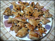 Bu kurabiyeleri oğluşumla beraber yaptık.Her çocuk gibi o da hamurla oynamayı çok seviyor.Bu kurabiye bayağı bereketli oluyor birde benim...