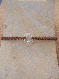 Pulsera de macramé de hilo de rayón y cuenta de metal. www.singularts.es