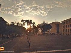 El atardecer visto desde la plaza cívica Luis Carlos Galán en el centro de Bucaramanga. Gracias @ por la foto #atardecerBUC
