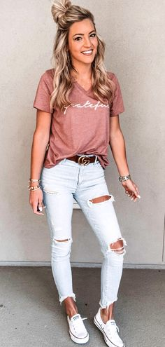 71094c0e38  summer  outfits pink V-neck t-shirt and distressed white denim jeans