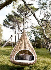 cozy garden furniture-perfect swinging reading nook Har ikkje plass til slik, men hadde eg hatt det så kunne eg flytta inn der med ei god bok...