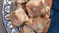 Visst är det underbart praktiskt med bröd bakat i långpanna! Dessa bullar med vetekli och solrosfrön är goda och enkla att lyckas med.