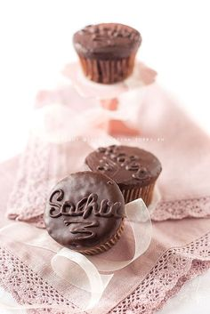 Dear Joyce these delicious Sacher cupcakes are waiting you, the chocolate taste so good, enjoy 💜 Cupcake Frosting, Cupcake Cakes, Sweet Table Wedding, Cupcake Heaven, Sweet Cupcakes, Happy Foods, Mini Desserts, Something Sweet, Biscotti