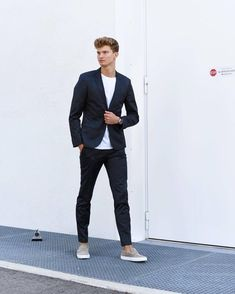 a navy pantsuit, a white tee and grey loafers make up a stylish, elegant and minimalist fall look Mens Fashion Blog, Best Mens Fashion, Fashion Moda, Fashion Fashion, Fashion Ideas, Vintage Fashion, Stylish Men, Men Casual, Minimalist Fashion Summer