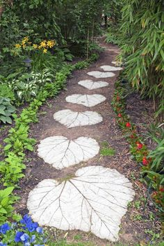 DIY Leaves imprint concrete stepping stone for pathways. Lovely and unique!