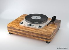 Custom-designed turntable plinth by Plinth-Design.