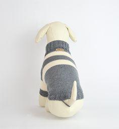 Pullover-Modell für den bodennahen Hund in den Farben Steingrau/Winterweiß stylisch anschmiegsam und schützend. #OTELLOONLINE #ADMETOS #DOGPULLOVER #HUNDEPULLOVER Dog Sweaters, Dogs, Art, Dog Clothing, Winter White, Model, Colors, Pet Dogs, Doggies
