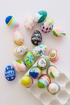 crochet easter eggs 2018 Easter egg decorating: Ideas from designers and illustrators - Think. Cool Easter Eggs, Easter Egg Crafts, Easter Egg Designs, Diy Ostern, Coloring Easter Eggs, Egg Coloring, Easter Activities, Egg Decorating, Decorating Easter Eggs