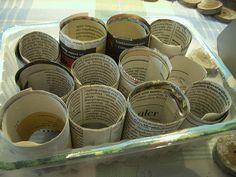 Tutorial (1): Aussaatzeit! Ich benutze nur eckige Gefäße, weil sie platzsparender unterzubringen sind. Vielen Menschen genügt es auch, die Samen direkt in die Aussaatschalen zu säen und sie nach der Keimung in Anzuchttöpfe pikieren. Ich neige jedoch dazu, die zarten Keimlinge und Würzelchen beim Pikieren versehentlich umzubringen, und so säe ich direkt in die Töpfchen und stelle sie in die Saatschalen.Ich habe Kerne von Toilettenpapierrollen in zwei Hälften geschnitten, diese aufrecht in…