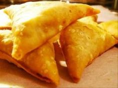 Traditionally, samosas are an Indian snack food, but vegetarian samosas can be eaten as an entree, or along with some other vegetarian Indian sides. - How to Make Quick and Easy Baked Vegetarian Samosas Indian Snacks, Indian Food Recipes, Asian Recipes, Ethnic Recipes, Indian Foods, Savory Snacks, Snack Recipes, Cooking Recipes, Fast Recipes