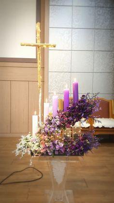 1번째 이미지 Church Flower Arrangements, Christmas Arrangements, Floral Arrangements, Christmas Wedding, Christmas Crafts, Christmas Decorations, Altar Decorations, Wedding Decorations, Advent Candles