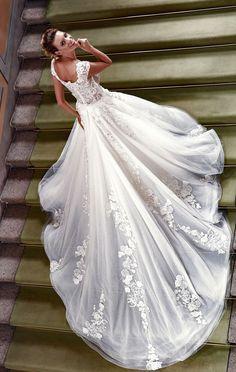 20e419178719 Stile romantico per un meraviglioso abito da sposa in tulle con bustino  ricamato a mano ed