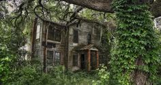 15 places in SC that will absolutely terrify you. # 7. The Abandoned Mansion (Santee, SC) Actually Parler (a small town- blink and you will miss it) which is located BETWEEN Santee and Elloree along Highway 6.