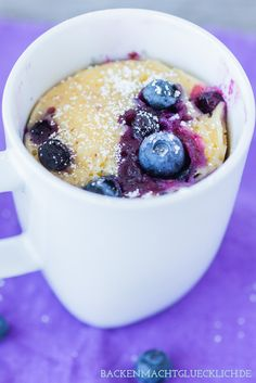Fruchtiger, schneller Tassenkuchen mit Blaubeeren (Blueberry Mug Cake) Mug Recipes, Sweet Recipes, Cake Recipes, Fruity Cupcakes, Cake Mug, Vanilla Mug Cakes, Mug Cake Microwave, Chocolate Mug Cakes, Magdalena