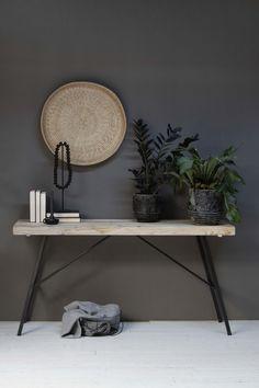 Bureau STORK is een bureau of sidetable die op maat wordt gemaakt van oud hout met een industrieel onderstel van staal. Dit meubel staat erg mooi in een industrieel interieur en door het gebruik van oud hout ook mooi in een Scandinavisch interieur.