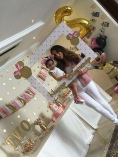 Precioso marco para fotos de Minnie y la pared de topos dorados! Loveee