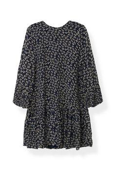Kjole med trekvart ærmer, løs pasform og flæse  detaljer. Kjolen har lynlås bagpå. <br /><br />Modellen er  175cm høj og iført en størrelse small/ 36.