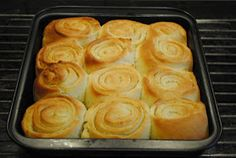 """- Hvidløgssnegle - Garlic-""""Snails"""" garlicbutter of 50 gr garlic cloves and parsley, - also bake them individual in muffin tins and/or make them as """"fan tans"""" Food N, Diy Food, Food And Drink, Baking Recipes, Dessert Recipes, Brunch Cake, Tapas Party, Danish Food, Bread Bun"""
