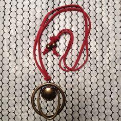 Colar com pingente em ouro velho e cordão de couro. #colar #ourovelho #couro #acessórios #rodamundo  R$ 45,00  Vendas online:  rodamundoartesanal@gmail.com What's app: 55 21 996744589 55 21 997833355