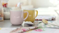 Jak si poradit vkuchyni bez váhy aodměrky? Kitchen Hacks, Sugar Bowl, Bowl Set, Mugs, Tableware, Food, Dinnerware, Tumblers, Tablewares