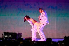Cantores repetiram no palco da premiação os movimentos sensuais do clipe polêmico protagonizado por ambos