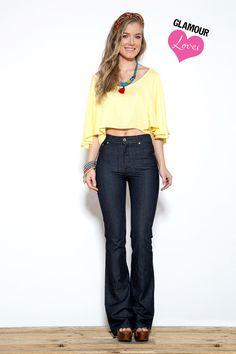 Calça jeans flare com lavagem escura e detalhe de pesponto no bolso da frente.