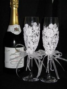 with plastic and doilies Bridal Wine Glasses, Wedding Glasses, Wedding Champagne Flutes, Champagne Glasses, Wine Glass Crafts, Bottle Crafts, Decorated Wine Glasses, Crochet Wedding, Bottles And Jars