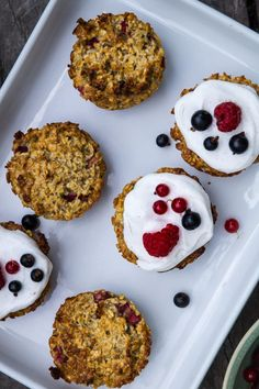 Små søde morgenmadsmuffins med bær - opskrift på sunde muffins Brunch, Cookies, Breakfast, Desserts, Food, Crack Crackers, Morning Coffee, Tailgate Desserts, Deserts