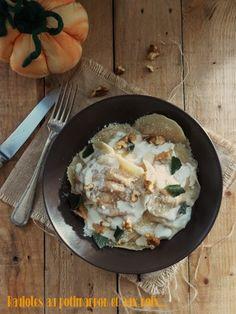 """Je suis sûre que vous avez vu les raviolis au potiron et noix de pécan chez les filles de """"Royal Chill"""" un joli blog gourmand et esthétique que j'adore. Ils m'ont tout de suite fais de l'œil et je les ais ajouté à ma loooongue liste de recettes à faire..."""