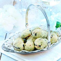 Osteboller med tørkede blåbær, av Caroline Hofberg (in Norwegian) Quinoa, Food And Drink, Healthy Recipes, Healthy Foods, Snacks, Desserts, Tips, Crafts, Health Recipes