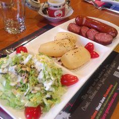 table d'hôtes O Tséza Chou chinois, pommes de terre, saucisse de Morteau, saucisse au comté, et cancoilotte chaude..hummm