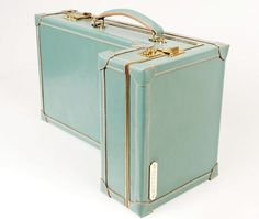A vintage design with a twist.Unusual custom crafted luggage, trunks and cases by Williams British Handmade. Leather Case, Leather Purses, Leather Backpack, Maisie Williams, Best Luggage, Luggage Bags, Luxury Luggage, Travel Luggage, Travel Bag