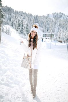 Southern Curls & Pearls (Caitlin) im Stuart Weitzman Highland - Wintermode Tipps Snow Outfits For Women, Winter Mode Outfits, Cold Weather Outfits, Winter Fashion Outfits, Autumn Winter Fashion, Winter Snow Outfits, Clothes For Women, Outfit Winter, Winter Looks