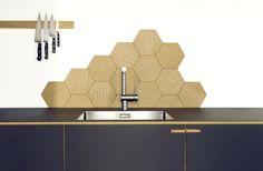 Disse sekskantede fliser med egetræsfiner er specialproduceret og fungerer både som vægdekoration og stænkvæg.