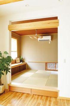 半畳たたみや格子戸など、リビングにも違和感なく溶け込むモダンにしつらえた和室。床レベルを一段高く上げて、その下に収納を採用。