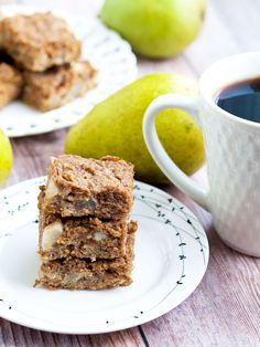 These Pear Oatmeal Bars are made with NO added sugar, are vegan, and gluten-free. They make a perfect healthy breakfast or snack! Great for kids and toddlers, too. Pear Dessert, Fall Dessert Recipes, Fall Desserts, Breakfast Recipes, Breakfast Ideas, Breakfast Club, Paleo Breakfast, Fall Recipes, Sugar Free Recipes