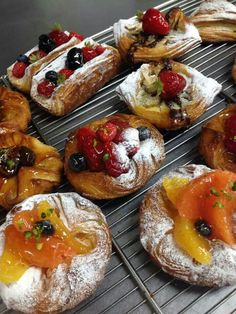 Dessert feuilletés aux fruits... ... Pastry And Bakery, Pastry Cake, Puff And Pie, Food Business Ideas, Opening A Bakery, Candy Drinks, Breakfast Pastries, Croissants, Sweet Cakes