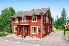 Det här vackra 1800-talshuset har genomgått en fantastisk renovering för att få tillbaka sin ursprungliga charm Swedish House, Entrance Doors, House Made, House Painting, Country Life, Scandinavian Design, Fixer Upper, Old Houses, Homesteading