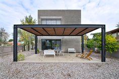 pergola en bois et alu noir de design contemporain au-dessus de la terrasse en bois